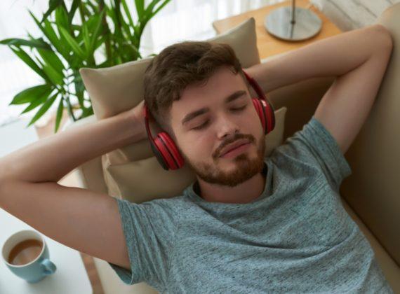ASMR ช่วยให้เรานอนหลับได้ง่ายขึ้นจริงหรือ?