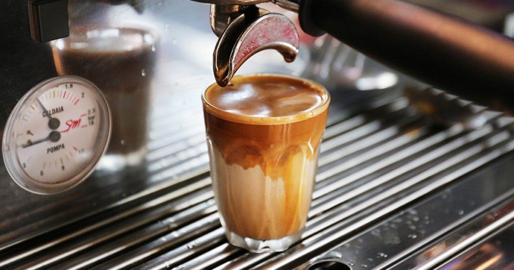 """เครื่องดื่มแนวใหม่ """"Dirty Coffee"""" คืออะไร ทำไมกระแสมาแรงจังช่วงนี้"""