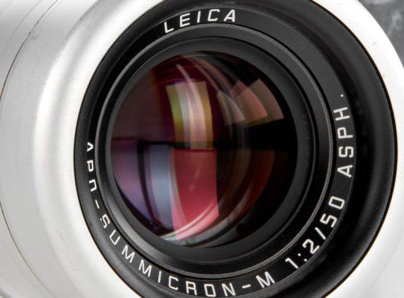 Jony Ive เจ้าของผลงานการออกแบบผลิตภัณฑ์ Apple และ Marc Newson ร่วมออกแบบโปรโตไทป์ของกล้อง Leica