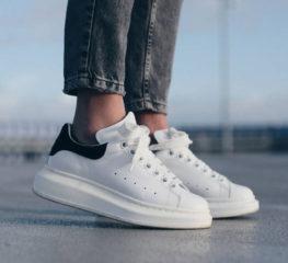 6 รองเท้าผ้าใบสีขาวที่ดีที่สุดสำหรับผู้ชายคูลๆ